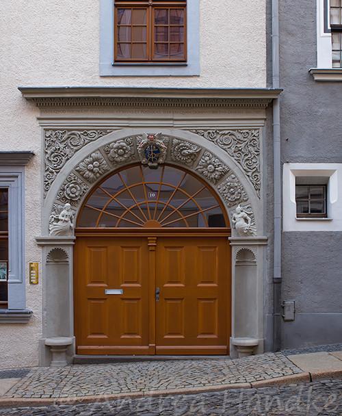 Rundbogenportal in der Nikolaistraße