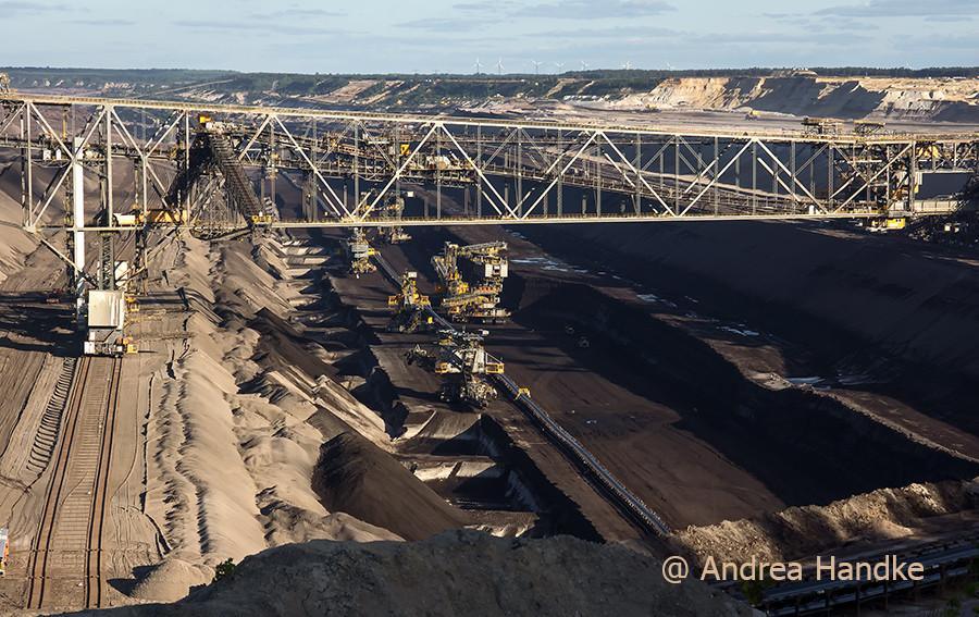 Blick auf Abraumförderbrücke F60, Kohlebagger und Kohleförderband im Kohleflöz