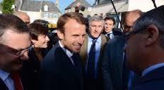 Emmanuel Macron accueilli à son arrivée à Romagny (d.r. lesnouveautés.fr)