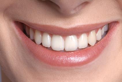 Guter gemachter Zahnersatz ist ansprechend und nicht zu sehen