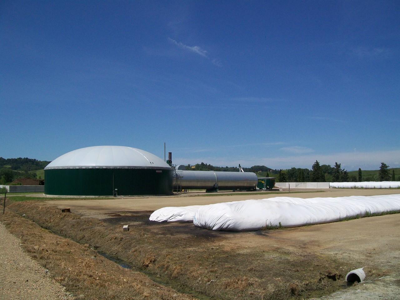 Panoramica dell'impianto biogas bistadio con diversa tipologia dei digestori