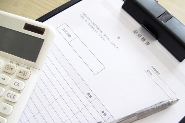料金案内、見積書と電卓の写真です。
