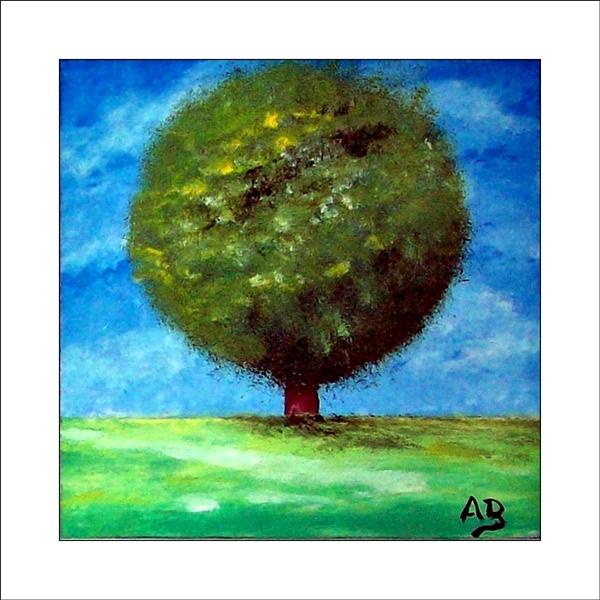 Einzelner Baum auf grüner Wiesem im Sommern blauer Wolkenhimmel