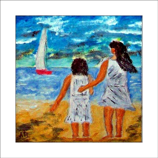 Hintergrund:blau, weiß, grauer Himmel, Mittelgrund: Meer Wellen, Segelboot, Vordergrund: zwei Mädchen am Strand