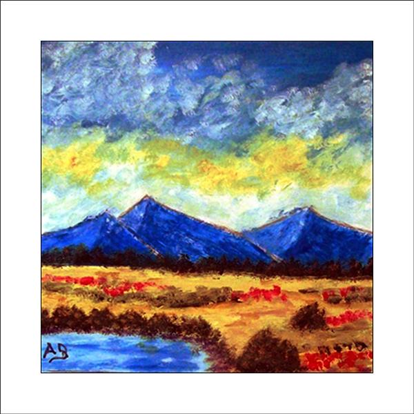 Blaue Gebirgslandschaft im Sonnenuntergang, Baumreihe, Feldm, Büsche undein See im Vordergrund