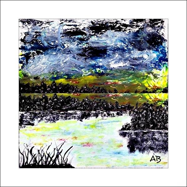 Seelandschaft mit bewölkzem Himmel und Baumreihe im Hintergrund-Wiese, Pflanzen und See im Vordergrund