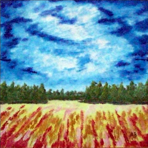 Hintergrun: wolkiger Himmel und Baumreihe, Vordergrund: Hinten zwei Baumreihen rechts und links, Herbstfeld