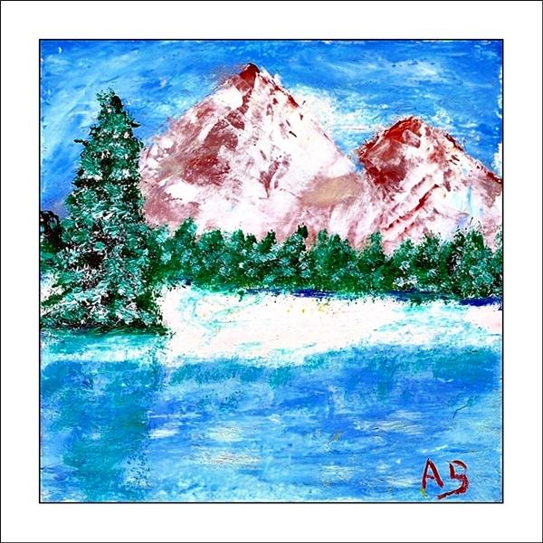 Winterlandschaft mit blauem Himmel, schneebedeckten Bergen und Baumreihe im Hintergrund. Schneebedeckte Landschaft im Mittelgrun undgefrorenem See im Vordergrund. Spachtel Ölgemälde.