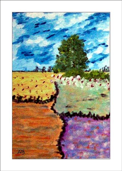 Landschaft mit bewölktem Himmel und Baumreihe im Hintergrund-Baum, Büsche, Blumen und Felder im Vordergrund