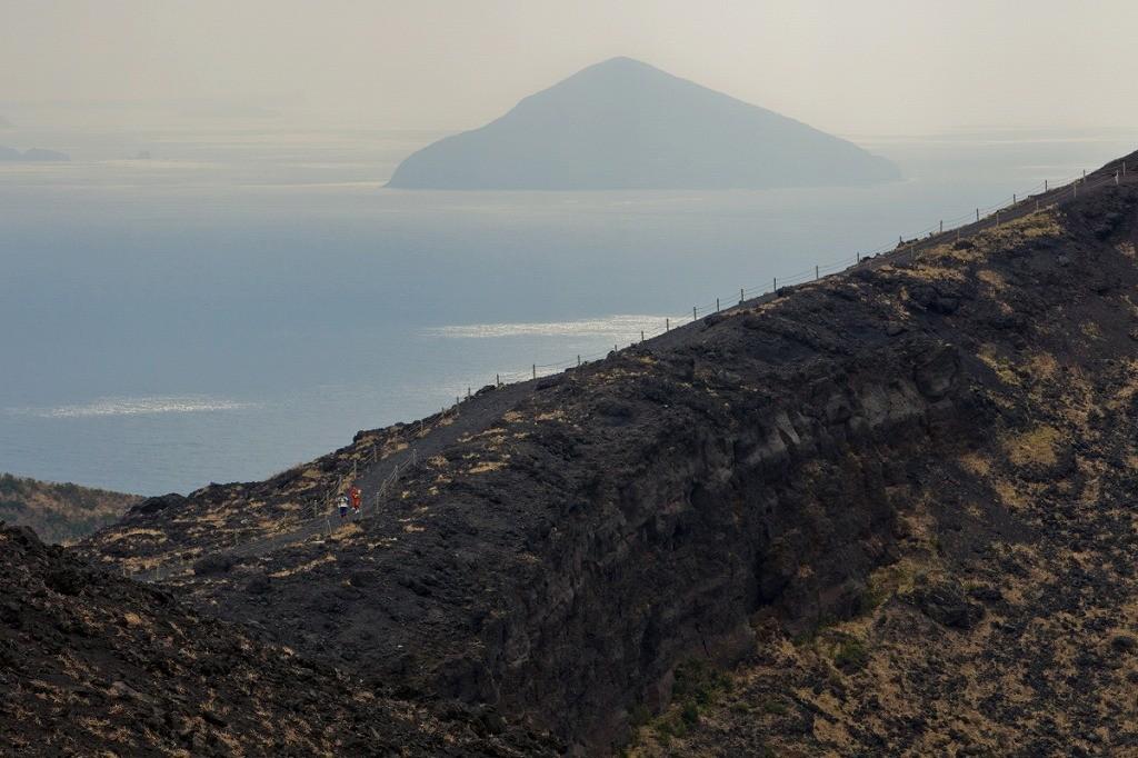 山頂から利島まで見渡せる
