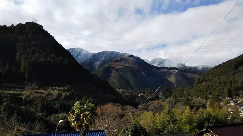 暖かい部屋から御岳の山が見えます