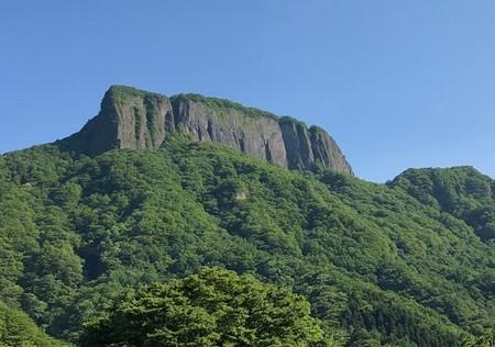 荒船山(参照:Yama Hack|遠くからでもわかる船のような日本二百名山!https://yamahack.com/2579)