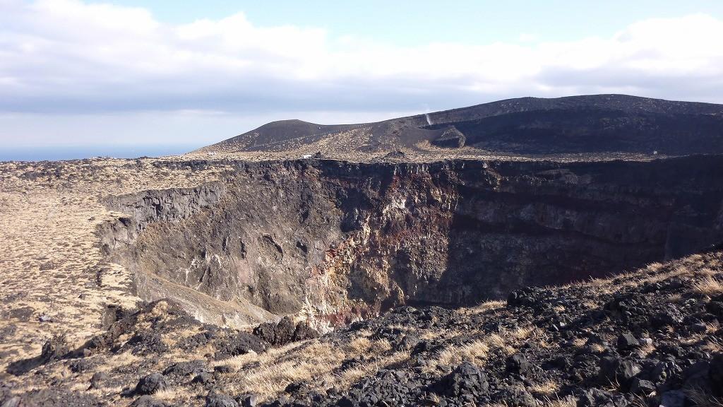 三原山山頂の火口を覗く。迫力あり!