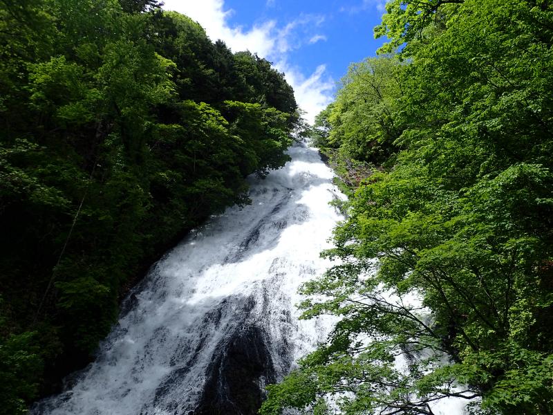 豪快に落ちる湯滝