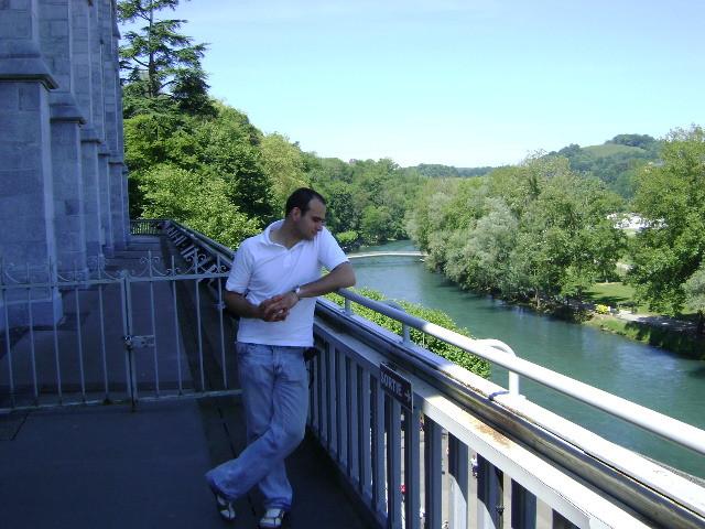 Blick auf den Fluss Gave de Pau der sich durch Lourdes schlängelt