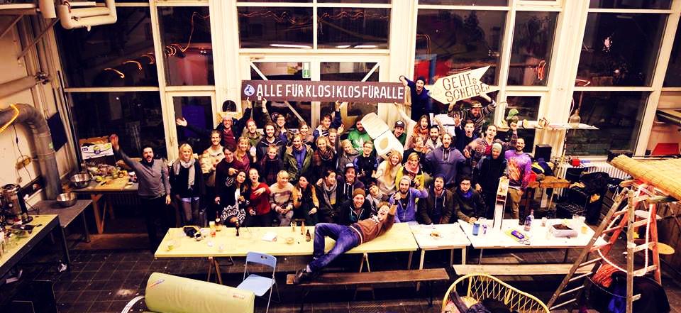 Die Crew und freiwilligen Helfer des Sozialunternehmens Goldeimer