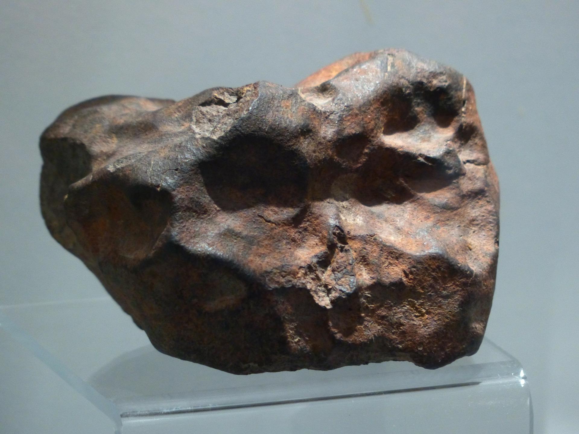 Das ist ein Meteorit. Das war ein Meteor, der so groß war, dass er nicht ganz verglüht ist. Ein Teil von ihm ist auf der Erde gelandet.
