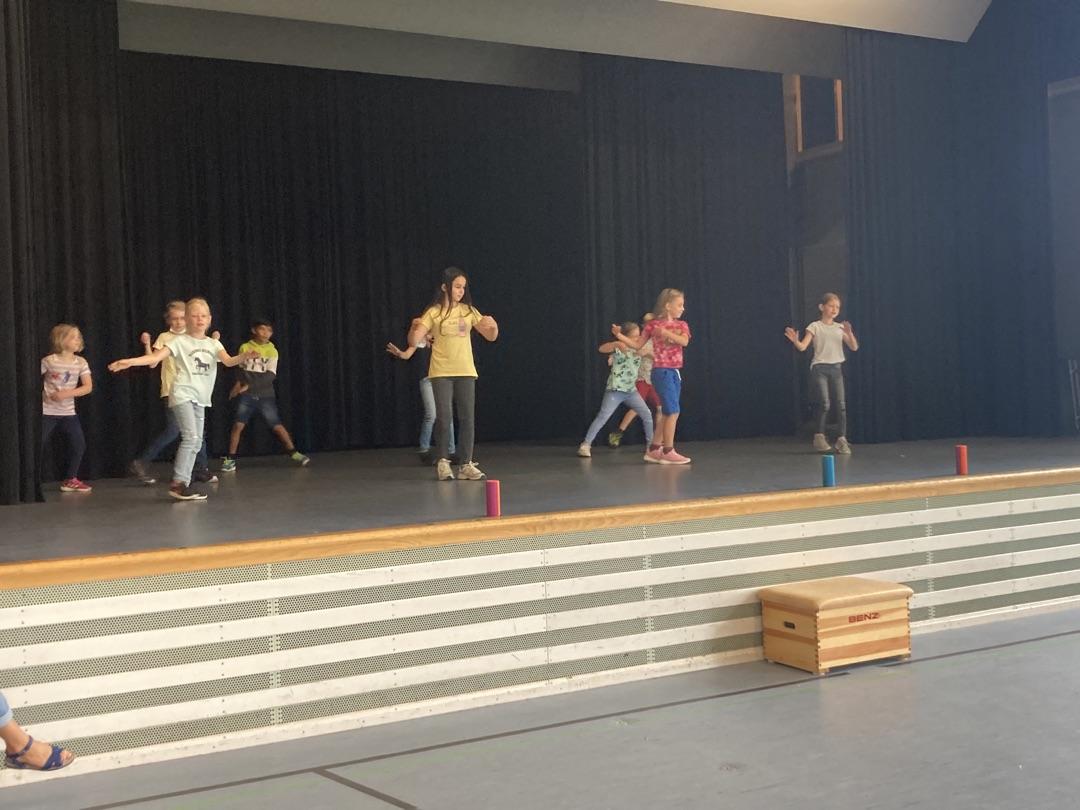 Die  fetzige Tanz- AG unserer Klasse 2 !
