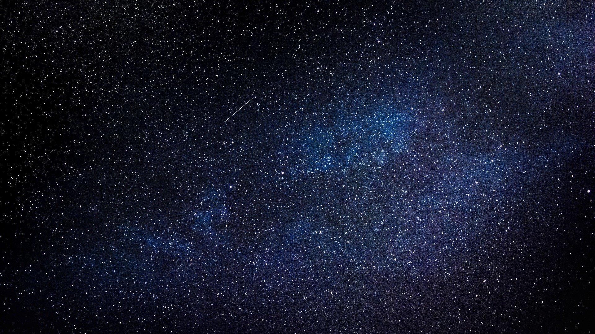 So siehst du einen glühenden Meteor am Himmel fliegen. Man nennt das auch Sternschnuppe.