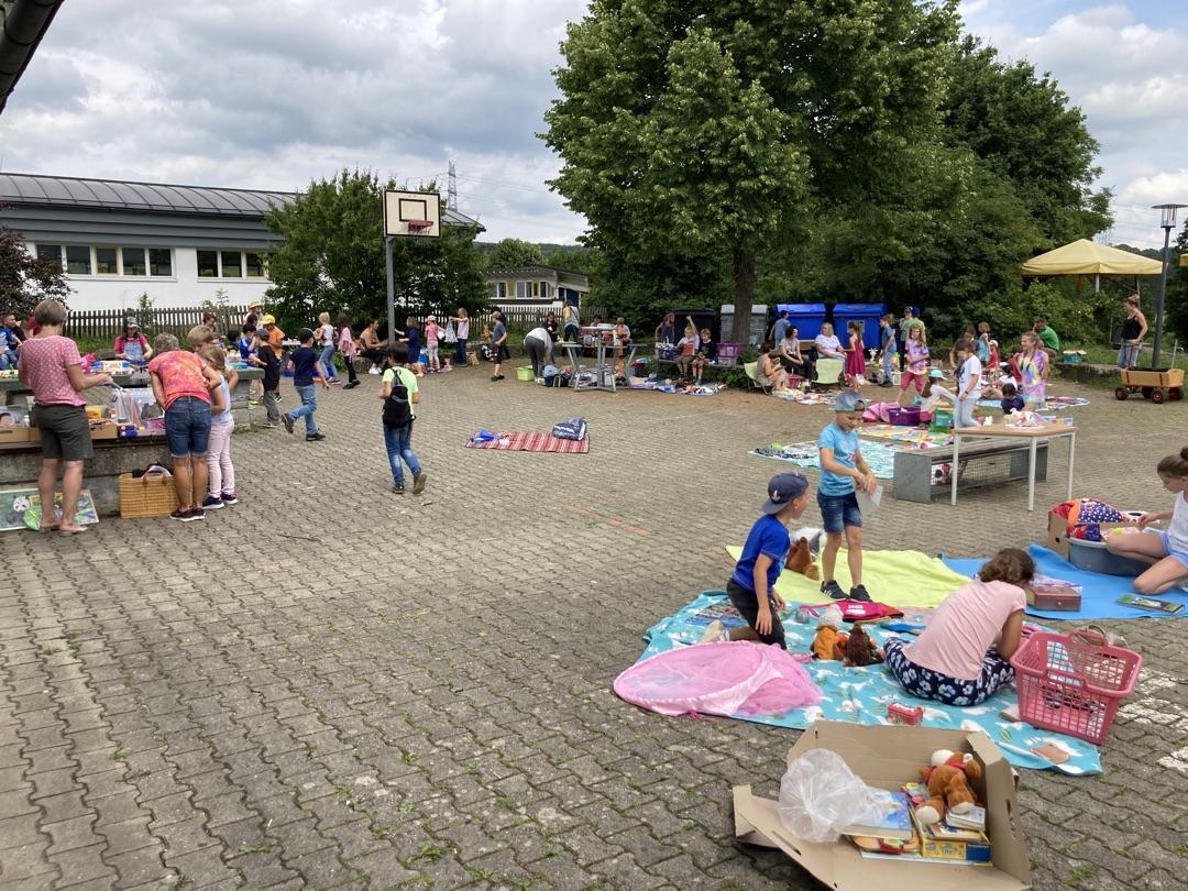 Kleiner Flohmarkt auf dem Pausenhof der Sternbergschule