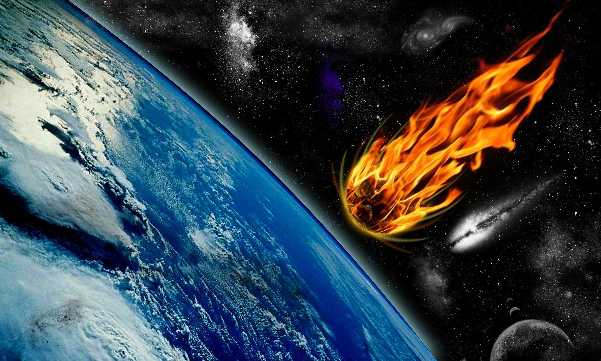 Ein Meteoroid trifft auf die Atmosphäre der Erde und glüht. Man nennt ihn jetzt Meteor.