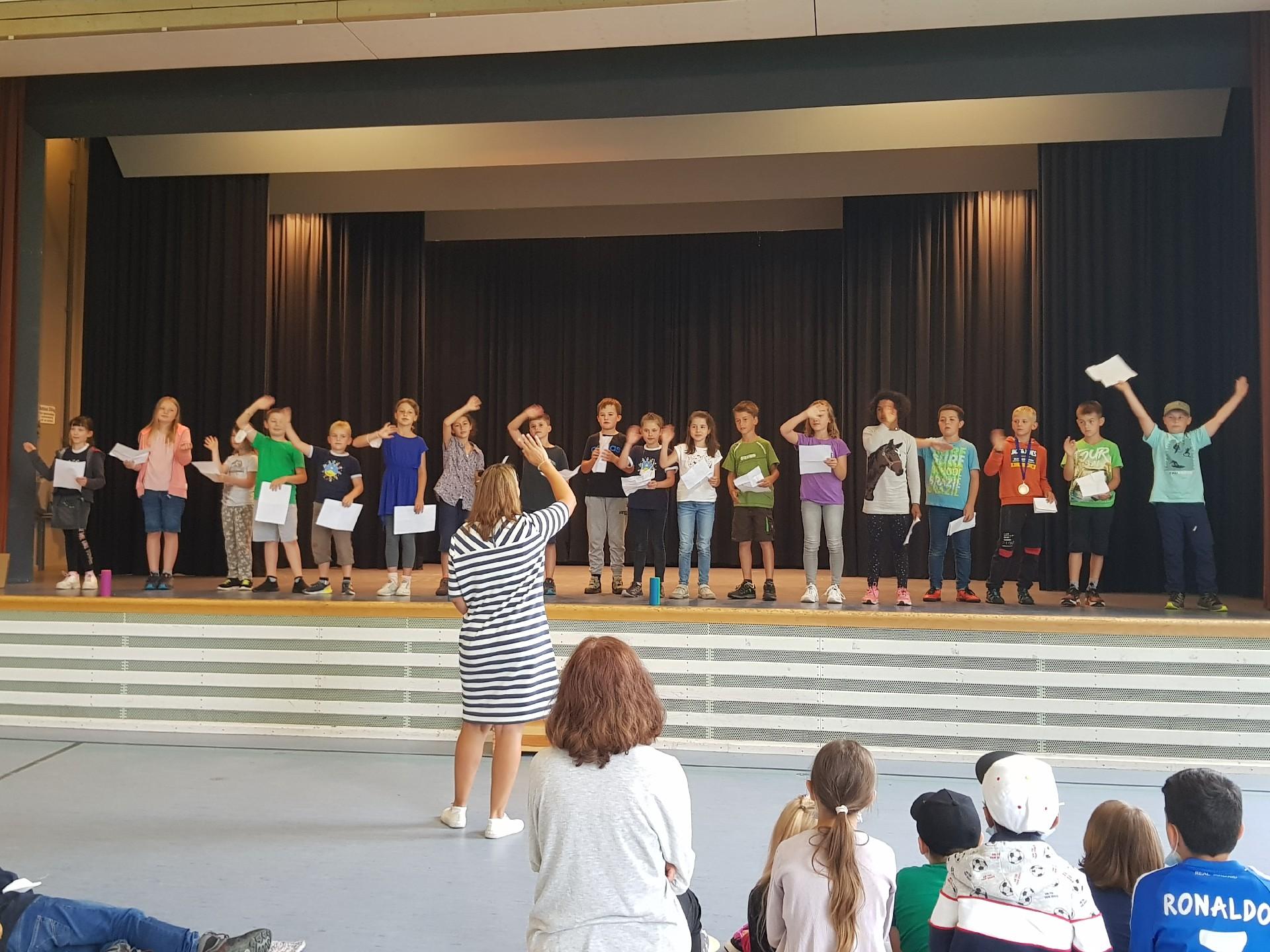 Unsere Klasse 3 singen den Viertklässlern ein schönes Abschiedslied !