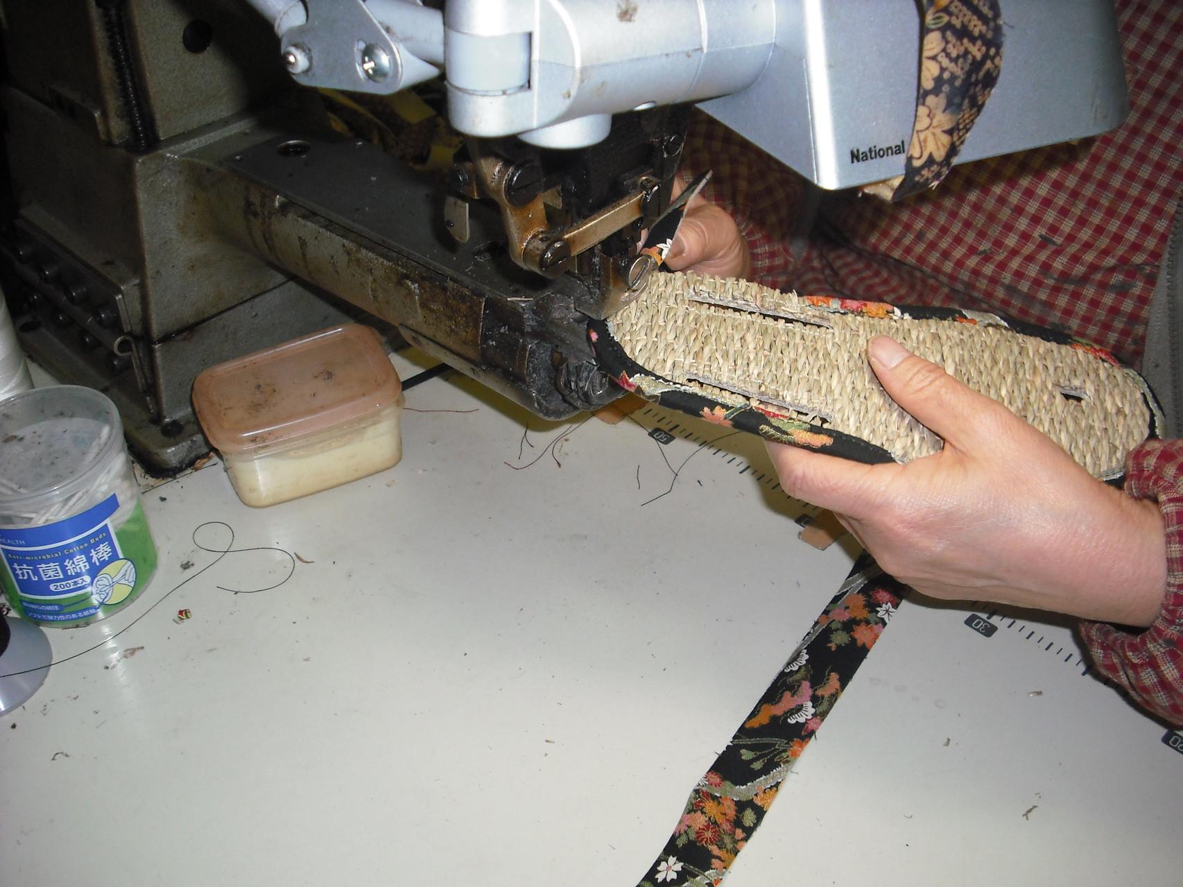 縄のテープ巻き作業