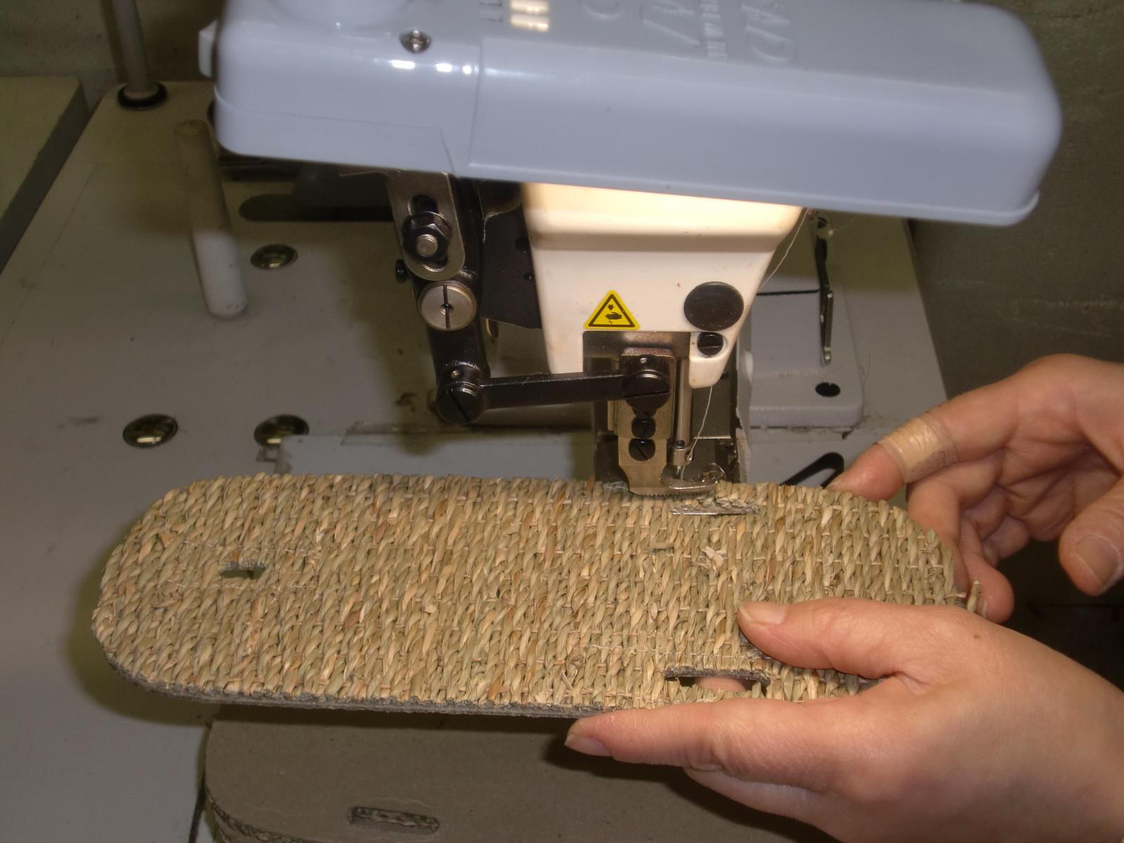 縄の縫い付け作業
