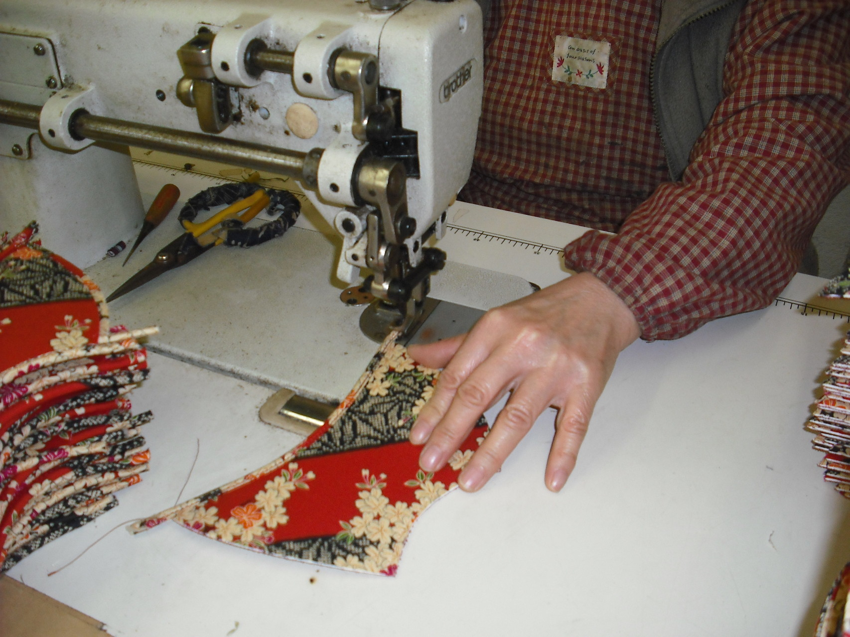 甲のテープ巻き作業