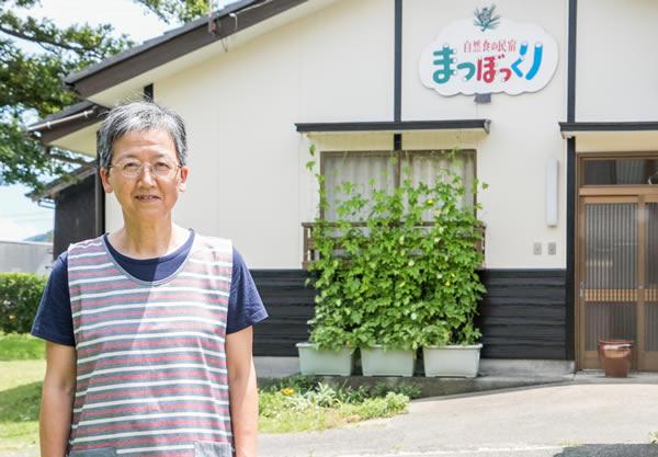 福井県若狭美浜の民宿まつぼっくりの女将です。はなれの前にて。