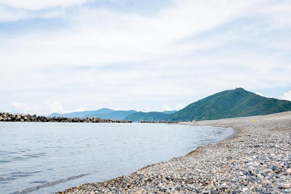 民宿まつぼっくりより海までは50m。波の音が聞こえ、朝の散歩に最高です。