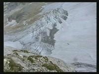 """Der überwundene """"kleine"""" Gletscherbruch (mit zwei Bergsteigern im Abstieg)"""