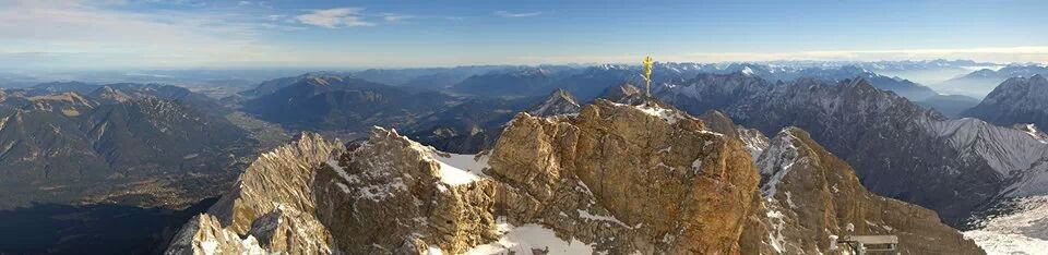Das Gipfelmassiv mit Panoramablick nach Osten, rechts vernebelt das Inntal