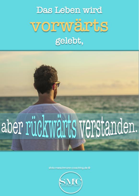 Mann mit Sonnenbrille der auf das Meer schaut. Bild mit Text.