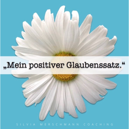 Weiße Blume auf blauem Untergrund mit Text.