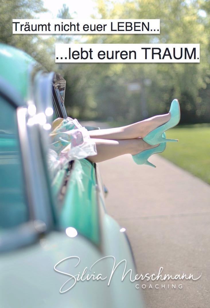 Frau lässt ihre Füße aus einem Auto baumeln. Bild mit Text.