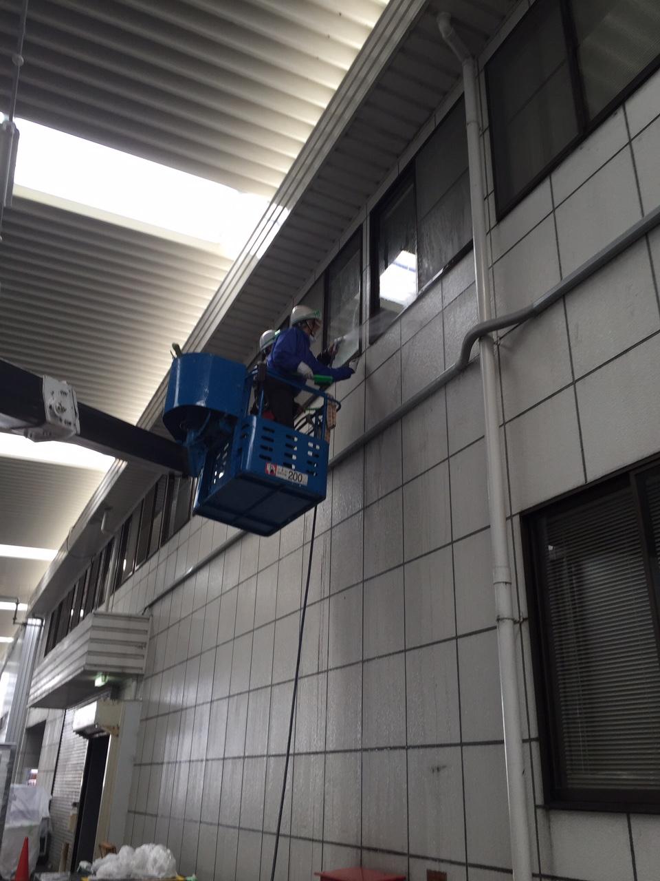 高所作業車で窓ガラス清掃