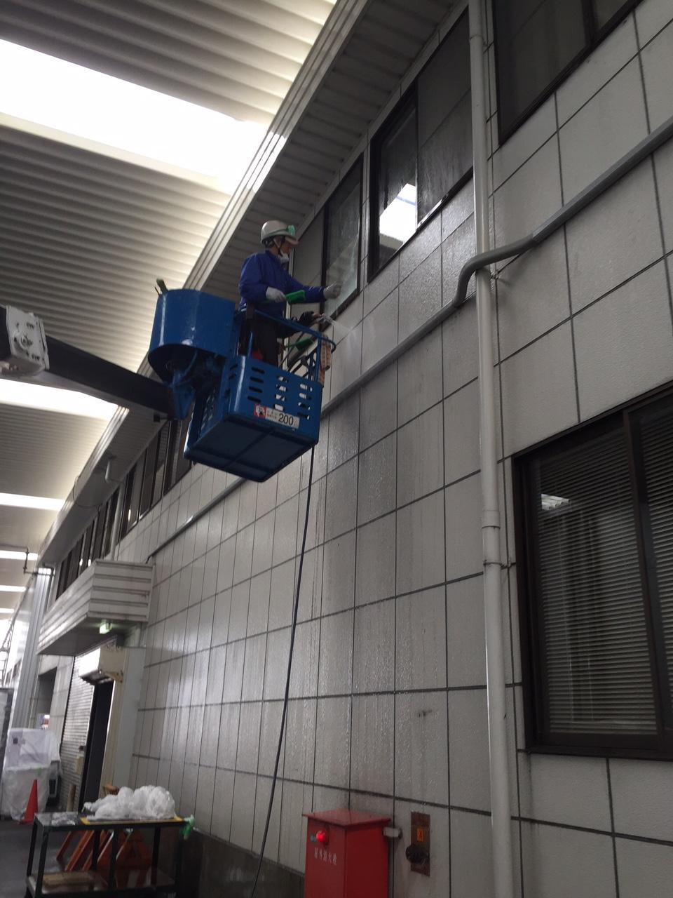 高所作業車で工場の窓ガラス清掃