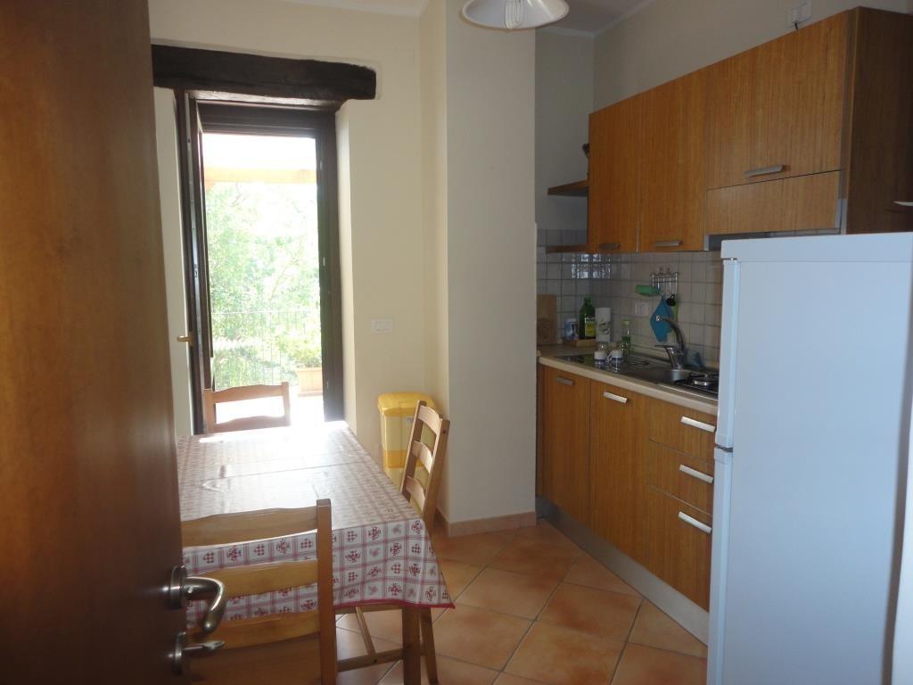 Küche mit Gasherd und Kühlschrank