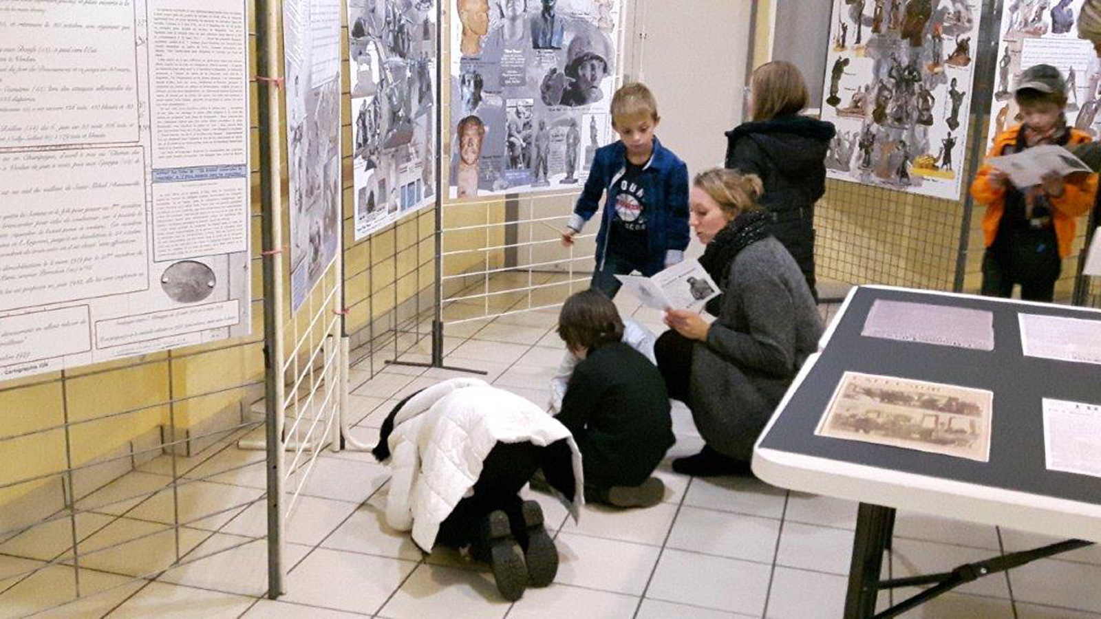 Lundi matin, des élèves en visite de l'expo des panneaux : au pays de beden ...