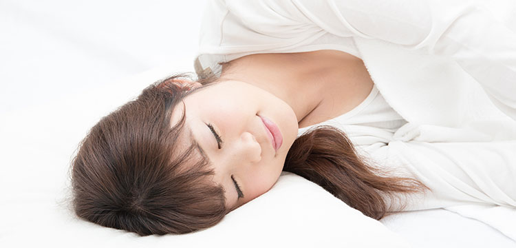 ぐっすりと眠っている若い女性の寝顔