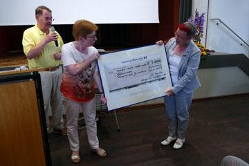 Übergabe Spendenscheck an Inge Müller