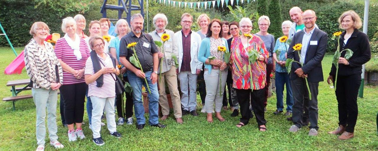 Ehrenamtliche Mitarbeiter mit Sonnenblumen