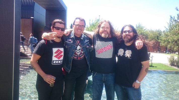 So we gathered the band I wanted to stand between Tony and his drummer Joe, wearing a Zeke shirt, my favorite band, which Tony doesn´t like. After all, I got a sticker sticking on my office table.