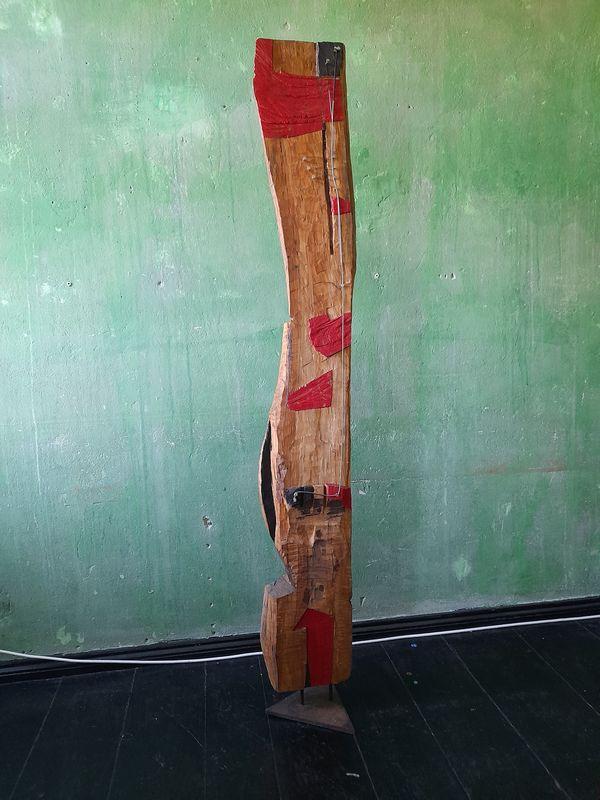 """""""Sie"""" Ansicht """"vorn"""" (95/21 Holz, Stahl, Öl, Lippenstift  H: 177cm, mit Stahlfuss 190cm)"""
