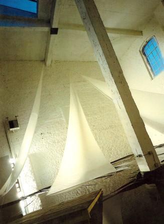 """""""Bateau Ivre""""; Rauminstallallation; Schleiernessel, Wasser, Stahl, Holz, Licht; 1800 x 1800 x 1100 cm; 1987"""