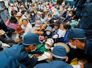 機動隊の排除攻撃と対決して座り込みを闘う沖縄労働者人民
