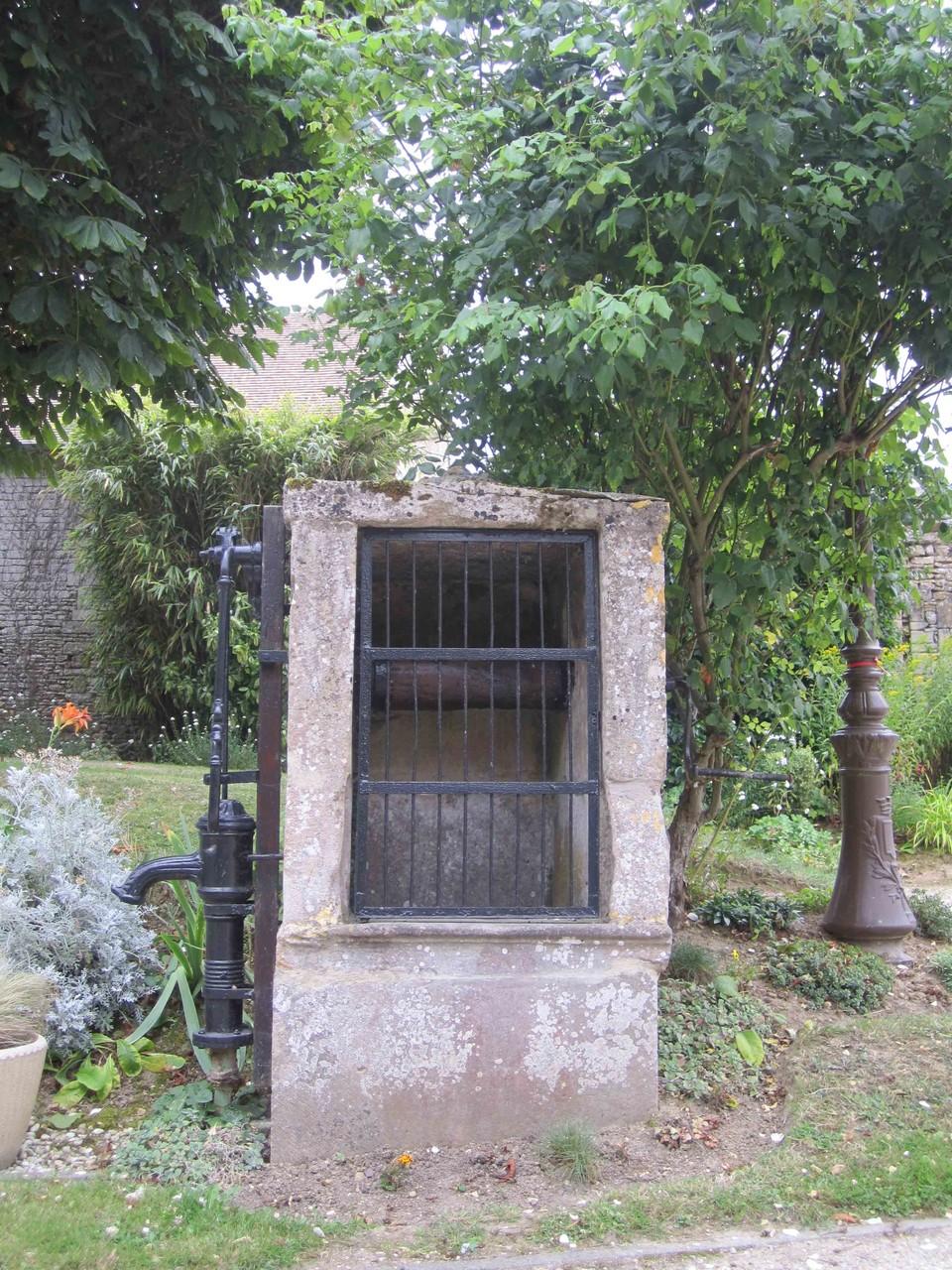 Pompe à eau et puits