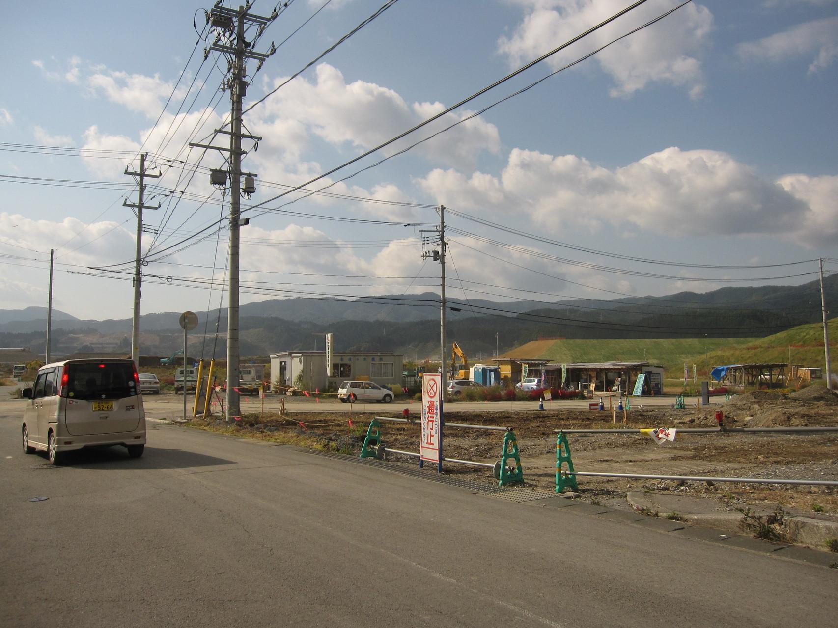 次のT字路を左方向です(右方向に花畑と店舗が見えます