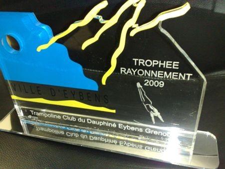 Trophée plexi, marquage et découpe laser avec sérigraphie sur support plexi miroir
